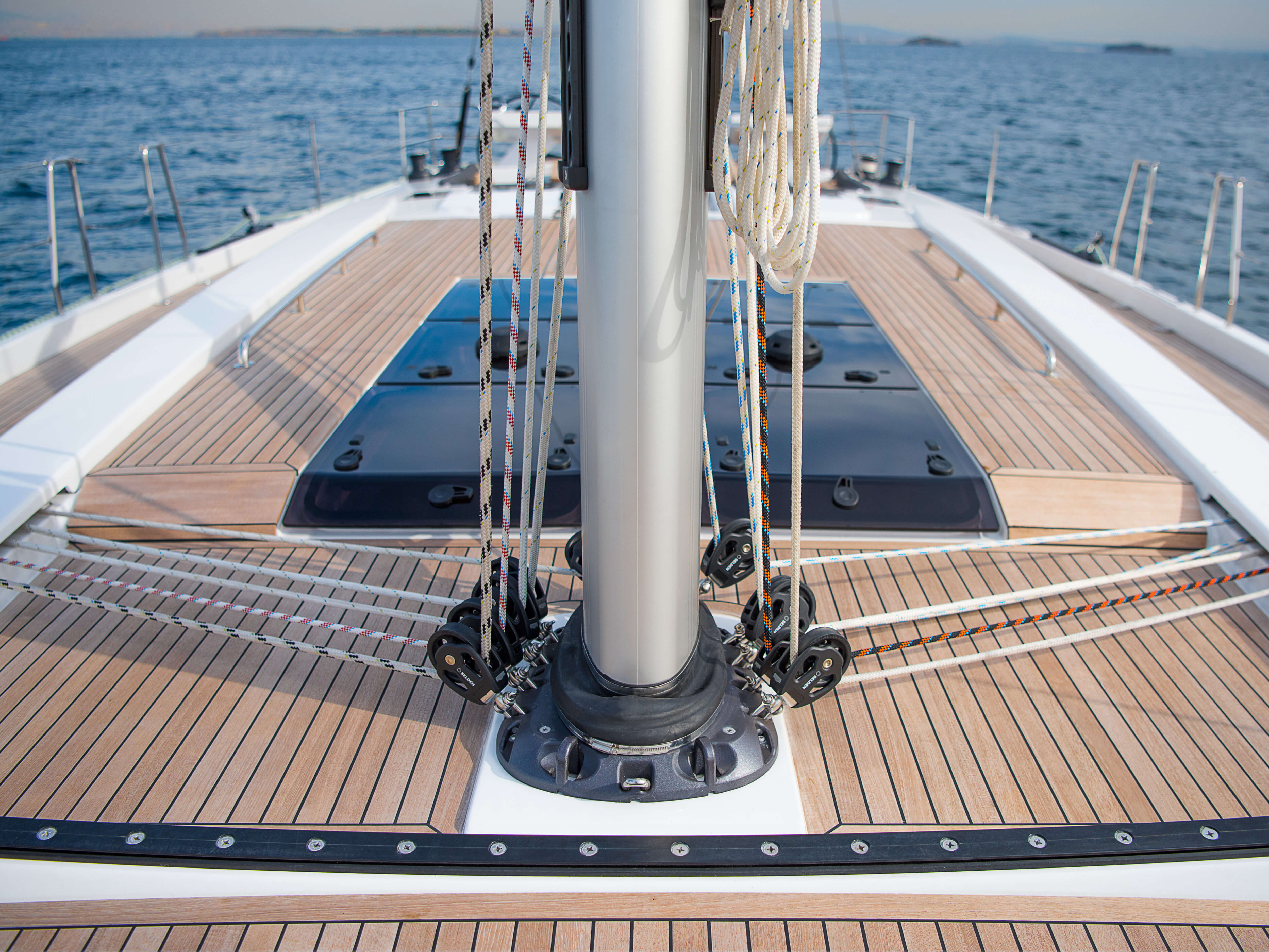Hanse 588 Exterior at anchor | teak deck, deck hatch | Hanse