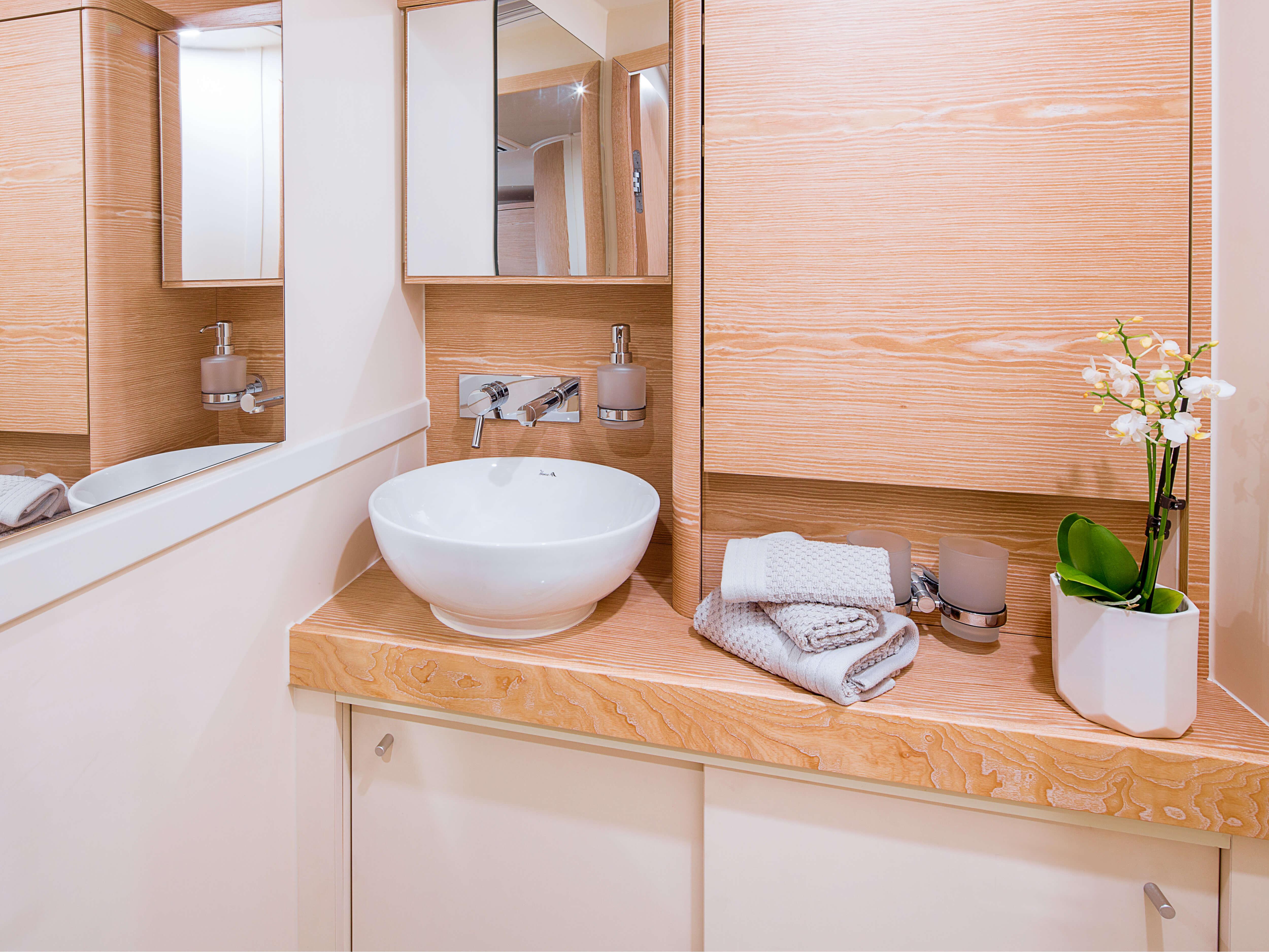 Hanse 588 | sink, mirror | Hanse