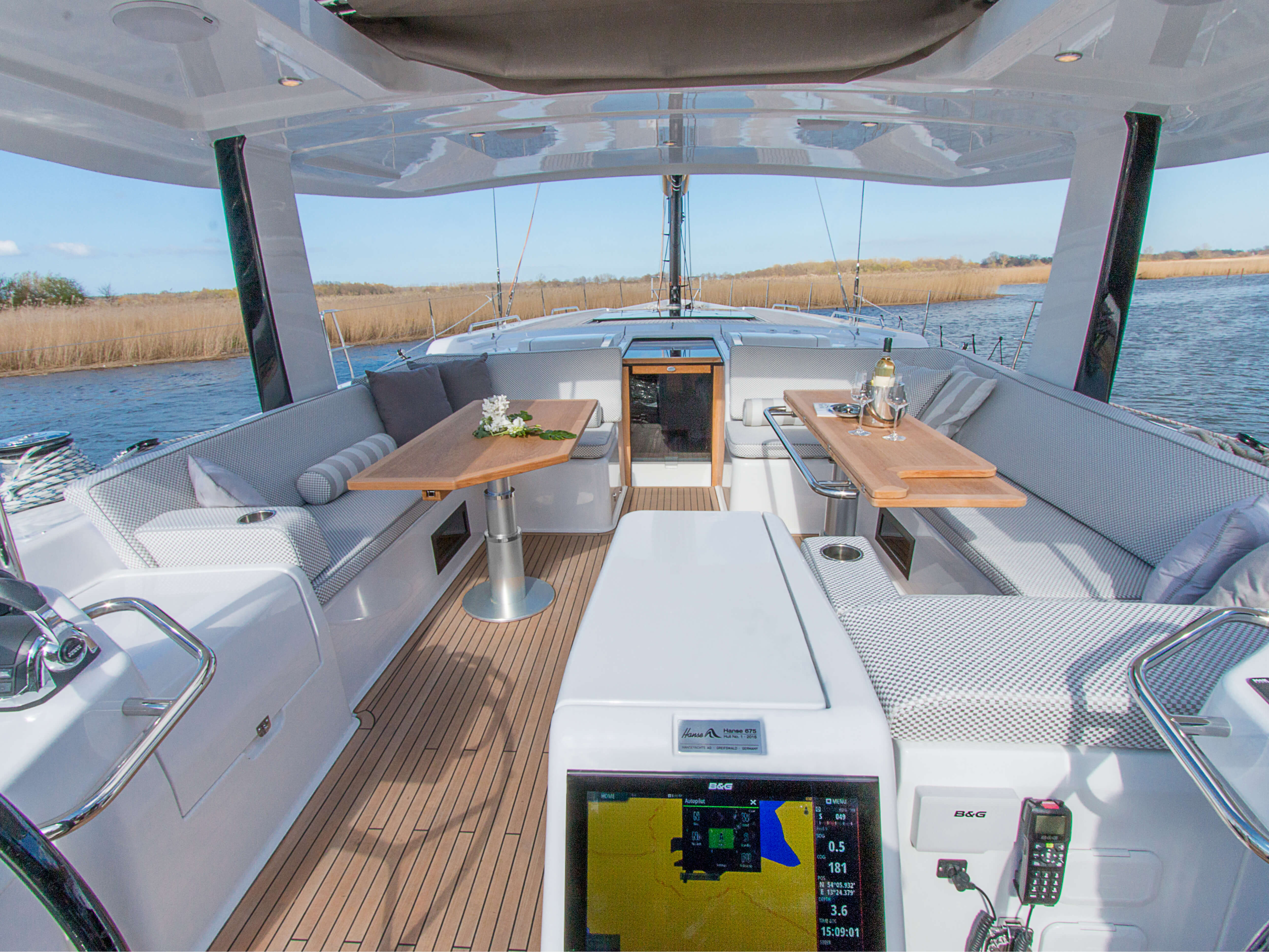 Hanse 675 | cockpit, companion way, teak deck, cockpit table, multi-function display | Hanse