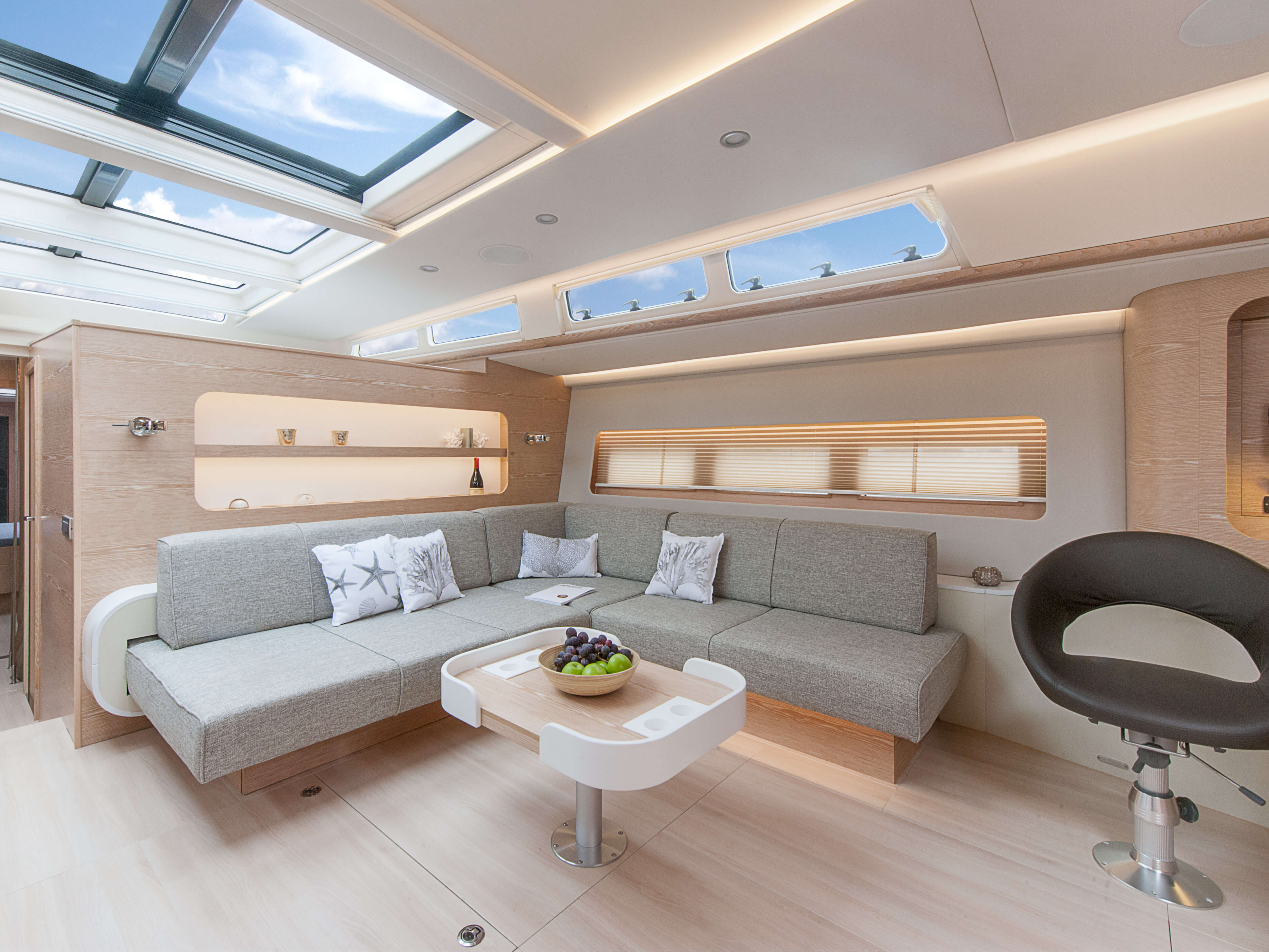 Hanse 675 | sitting area, table | Hanse
