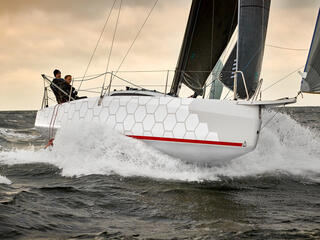 Dehler 30 one design dış görünüm | En son teknolojiyi kullanarak hız ve yol tutuşu arasında optimum dengeyi sağlayan bir tekne yarattık. | Dehler
