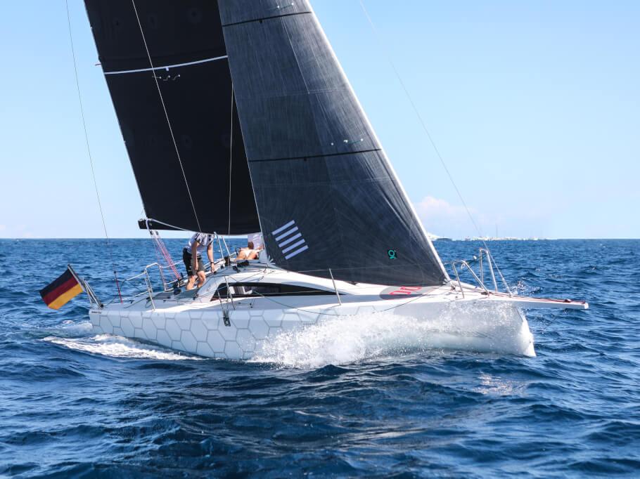 Dehler 30 one design dış görünüm | Dehler 30 one design, tüm ailenin kendini evinde hissedeceği son teknoloji bir spor teknedir. | Dehler