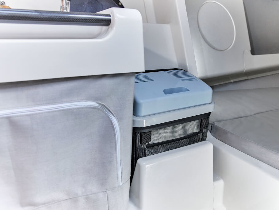Dehler 30 one design banyo | Kadırga'ya ek olarak, bir soğutma kutusu güvenli ve kolay erişilebilir bir şekilde saklanabilir. | Dehler