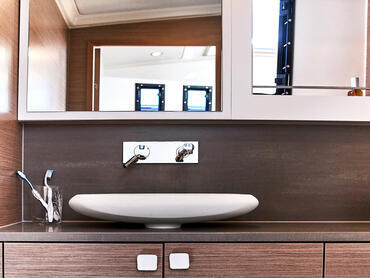FJORD 38 xpress bathroom | Even in the bathroom, fine woods create a calm ambience. | Fjord