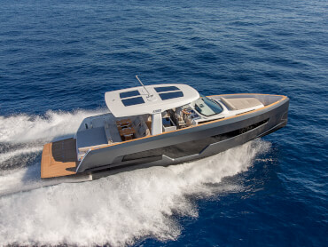 FJORD 41 XL exterior | The world's largest T-top and the integrated bimini can shade an area up to 3.9m wide and 5.81m long. | Fjord