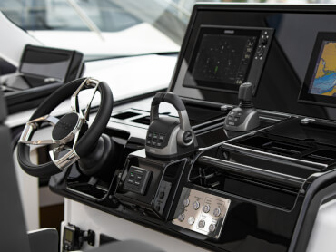 FJORD 41 XL helm | The state-of-the-art glass-bridge helm console is complemented by the largest single-piece windscreen in its class. | Fjord