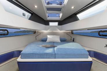 FJORD 41 XL cabina armatore | La cabina armatoriale può essere arricchita con zona vanity o zona lavoro e chiusa con porta scorrevole insonorizzata. | Fjord