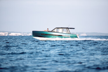 FJORD 44 coupé exterior | All the FJORD trademarks: vertical bow, angular lines and t-shaped roof. | Fjord