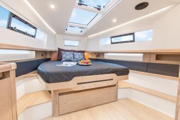 FJORD 44 open camarote principal | La elección de las maderas y colores de los muebles depende completamente de usted. | Fjord