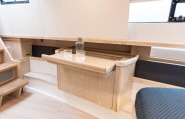 FJORD 44 open camarote principal | La mesa del tocador puede abrirse para disponer un espacio de almacenamiento más práctico. | Fjord
