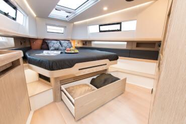 FJORD 44 open camarote principal | Los espacios de almacenamiento ingeniosamente escondidos permiten espacio para cosas importantes. | Fjord
