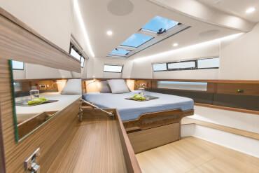 FJORD 44 open camarote principal | El camarote del propietario de primera clase tiene un diseño limpio y un ambiente sofisticado. | Fjord