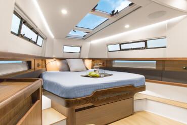 FJORD 44 open camarote principal | Las grandes ventanas del casco y los tragaluces dejan pasar la luz natural a todos los lados. | Fjord
