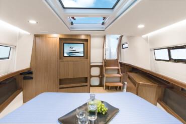 FJORD 44 open camarote principal | El gran espacio y la altura bajo cubierta realmente le harán sentir el lujo. | Fjord
