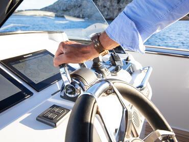 FJORD 52 open puesto de mando | El control preciso del joystick asegura que pueda amarrar fácilmente los 52 pies de longitud. | Fjord