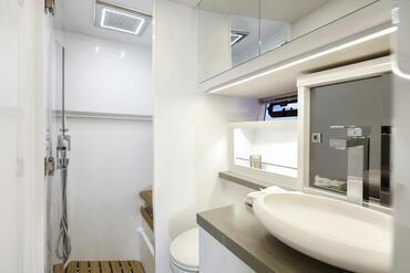 FJORD 52 open baño | Vaya debajo de la cubierta y sienta la atmósfera de privacidad, espacio y elegancia. | Fjord