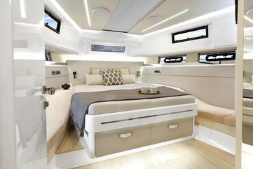 FJORD 52 open camarote principal | Dos camarotes dobles de estilo impecable ofrecen el refugio perfecto para relajarse y recargar energías. | Fjord