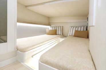FJORD 52 open camarote de invitados | La altura, el tamaño de las camas y el almacenamiento van más allá de sus ideas anteriores de una lancha motora. | Fjord