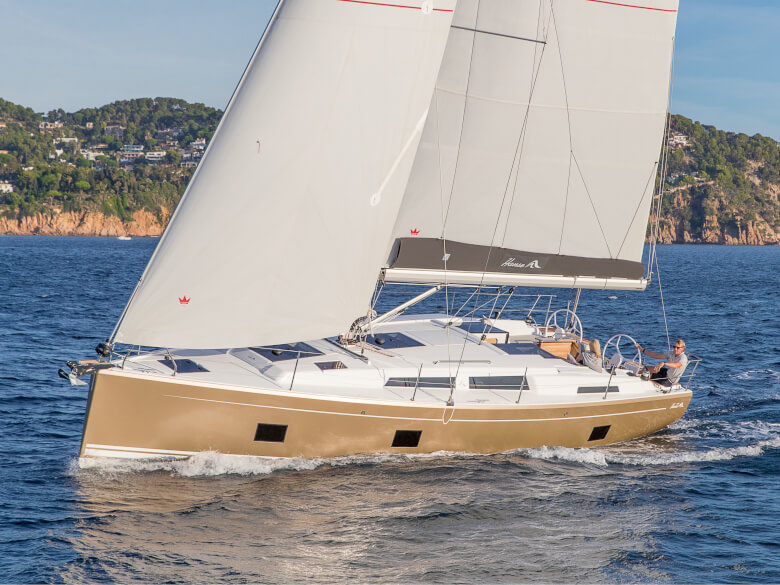 Hanse 418 exterior | The interplay of a perfectly adapted lateral plan and a pre-balanced rudder blade is your guarantee for fantastic speed, stability and safety. | Hanse