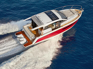 Sealine C330v exterior   Two opening roof sections make for maximum versatility and comfort: shade and sun where you need them.   Sealine