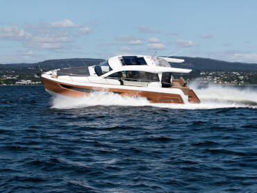 Sealine C390 exterior | From the hull shape to the engine, we have pulled out all the stops to ensure you will experience exhilarating moments at sea. | Sealine
