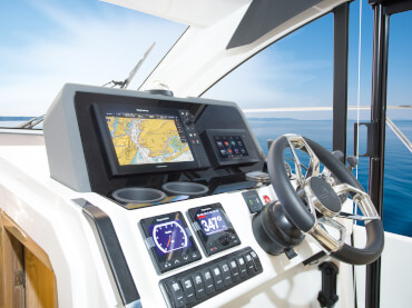 Sealine C390 helm | Get carried away by a top speed of 34 knots and 740 hp. | Sealine