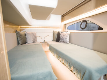 Sealine C390 guest cabin | Full standing heigt and large hull windows make the guest cabins as luxurious as the rest of the interior. | Sealine