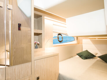 Sealine C390 guest cabin | The interior design is a combination of expressive craftmanship and state-of-the-art precision technology. | Sealine