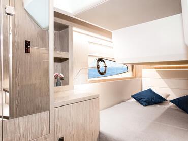 Sealine C390v cabine d'invité | Il y a de nombreux espaces de stockage discrets autour des murs, ce qui permet d'éviter l'encombrement des lits. | Sealine