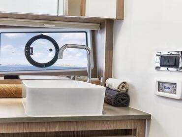 Sealine C390v salle de bain d'invité | Détail de la salle de bain | Sealine
