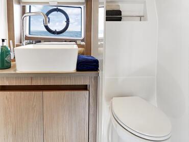 Sealine C390v salle de bain d'invité | Le Sealine C390v offre deux salles de bains avec douches intérieures. | Sealine
