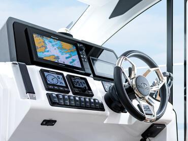 Sealine C390v gouvernail | Non seulement les contrôles sont de la plus haute qualité, mais ils sont positionnés exactement là où vous vous attendez à les trouver intuitivement. | Sealine
