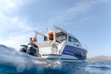 Sealine C390v plateforme de bain | Qu'il s'agisse d'un salon pour s'allonger ou d'un endroit pour se pendre les pieds, vous trouverez l'endroit idéal à bord. | Sealine