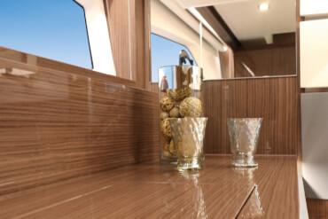 Sealine C430 cabin | High-gloss woods lend the furnishings an elegant charm. | Sealine