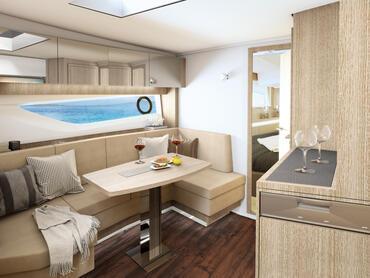 Sealine S430 Salon | Große Fenster, indirekte Beleuchtung und ein verspiegelter Wandschrank machen den Salon zum perfekten Ort zum Relaxen und Essen. | Sealine
