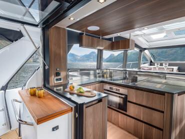Sealine C530 cuisine | La cuisine en forme de U est située entre le salon et le cockpit pour desservir confortablement les deux zones. | Sealine