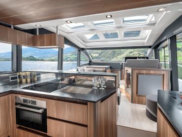 Sealine C530 cuisine | La cuisine est équipée d'un grand réfrigérateur et congélateur, d'une table de cuisson électrique et d'un micro-ondes avec fonction grill. | Sealine