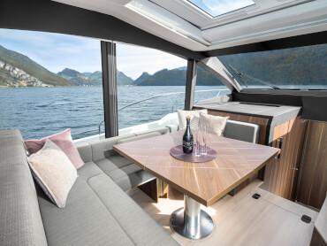 Sealine C530 salon | Les fenêtres panoramiques du sol au plafond vous donnent une vue étendue sur l'horizon. | Sealine