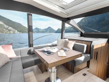 Sealine C530 salon | Transformez le groupe de sièges en deux canapés qui se font face pour une vue panoramique grandiose de chaque côté. Ou créez une atmosphère conviviale en redonnant aux sièges leur forme en U. | Sealine