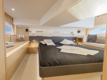 Sealine F430 owner's cabin | A chaiselongue on portside and a large sideboard on starboard make the midship owner's cabin a true space miracle. | Sealine