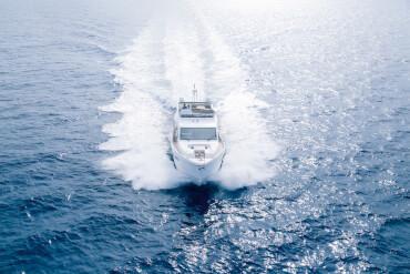 Sealine F530 внешний вид | Sealine F530 - это уникальная изюминка яхтостроения в стиле лофт, которая открывает обзор на море с любого места на яхте. | Sealine