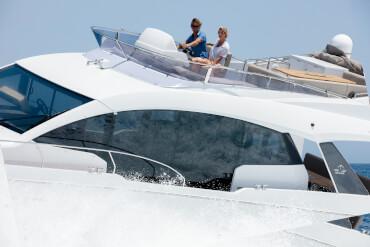 Sealine F530 флайбридж | Лучший флайбридж в этом классе яхт комфортно разместит всех гостей на яхте, и может быть оснащен всеми удобствами, которые Вы только можете пожелать. | Sealine