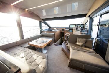 Sealine F530 салон | Универсальность в лучшем виде: превратите кресло капитана в диван или трансформируйте U-образный диван в двухсторонний. | Sealine