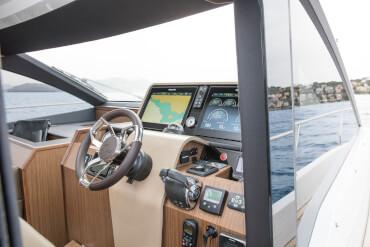 Sealine F530 управление | Раздвижная дверь на правый борт дает рулевому прямой выход на боковую палубу и нос. | Sealine