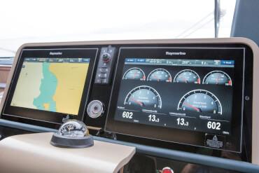 Sealine F530 управление | Управляя яхтой Sealine F530 Вы расслабляетесь и получаете удовольствие от управления. | Sealine