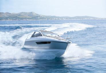 Sealine S330 внешний вид | Динамичные очертания корпуса обеспечивают отменные ходовые качества одновременно в каютах яхты много света и простора. | Sealine
