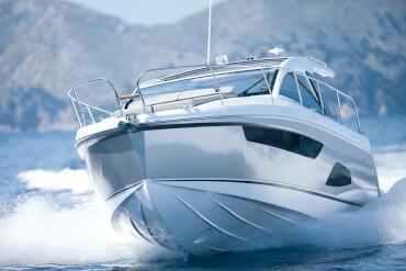 Sealine S330 внешний вид | За отменными ходовыми качествами спортивного круизера скрывается просторная моторная яхта с двумя каютами, не уступающая не в чем яхтам большего размера. | Sealine