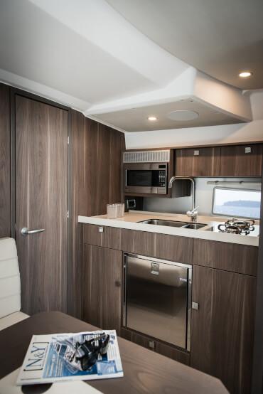 Sealine S330 салон | Высококачественные материалы повсюду в каютах яхты, включая кожу и нержавеющую сталь. | Sealine