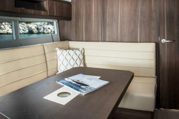 Sealine S330 салон | Качественная отделка и большое внимание к деталям проявляются от носа до кормы яхты. | Sealine
