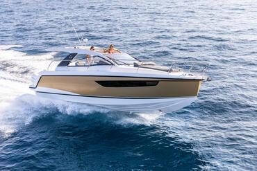 Sealine S330v esterno | Le prestazioni mozzafiato sono garantite da due potenti motori fuoribordo che aspettano solo dipartire. | Sealine